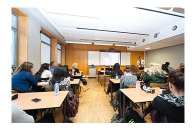 Dejan geeft les op Haagse Hogeschool